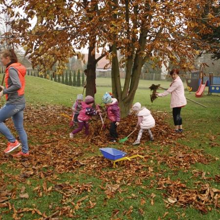 Uspávání broučků ve školní zahradě
