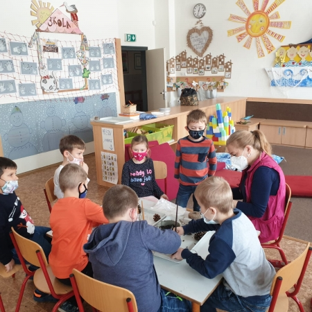 Děti vyrábí krmivo pro ptáčky